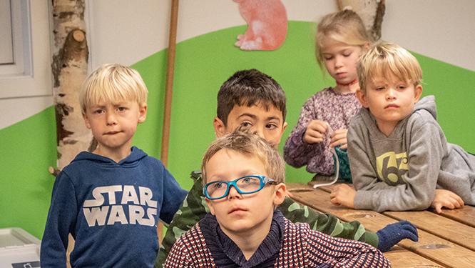 Børn der lytter til undervisningen.